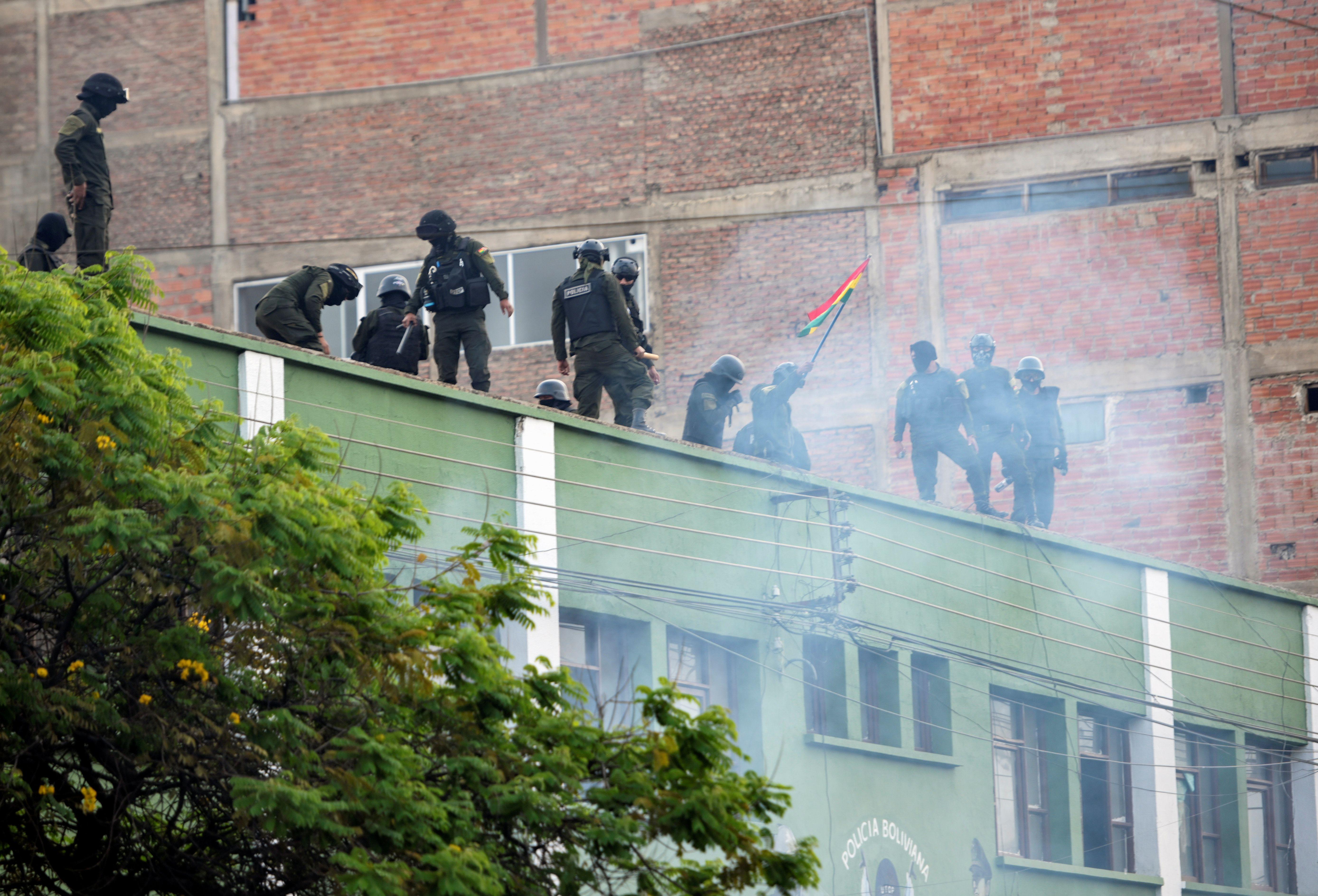 Un grupo de policías amotinadas en Cochabamba, Bolivia. (REUTERS/Danilo Balderrama)