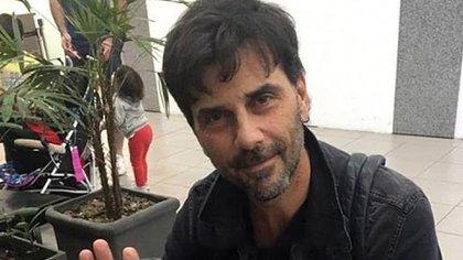Juan Darthes en el aeropuerto de Rosario antes de partir hacia Brasil