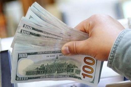 El dólar al público se encareció 115% en un año, por efecto de la devaluación y el recargo del 30%. (Reuters)