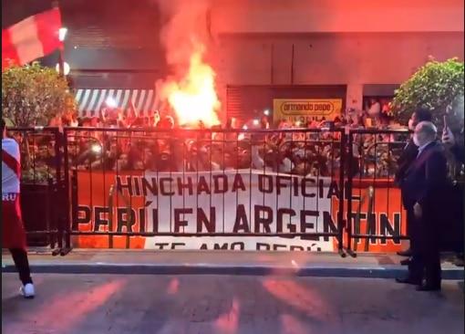 Hinchas peruanos realizaron banderazo a un día del Perú vs Argentina por Eliminatorias Sudamericanas. (Foto: Instagram Santiago Ormeño).