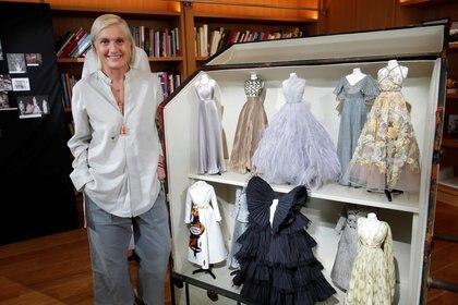 Maria Grazia Chiuri, la diseñadora de Dior junto a las creaciones de alta costura presentadas en París vía online (REUTERS/Charles Platiau)