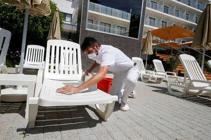 Un trabajador con mascarilla en un hotel con escasos clientes en Palma de Mallorca, España. (REUTERS/Enrique Calvo)