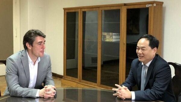 El ministro de Energía Javier Iguacel y el embajador chino Yang Wanming