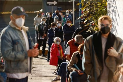Residentes de edad avanzada hacen fila para recibir la vacuna contra el COVID-19 de AstraZeneca en Ciudad de México. 15 de febrero de 2021. REUTERS/Carlos Jasso