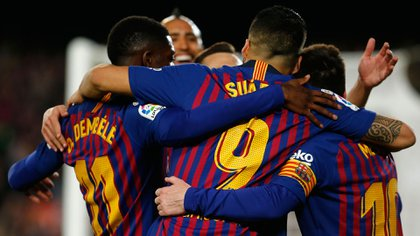 Barcelona's Argentinian forward Lionel Messi (R) celebrates his goal with teammates during the Spanish League football match between FC Barcelona and Levante UD at the Camp Nou stadium in Barcelona on April 27, 2019. (Photo by PAU BARRENA / AFP)