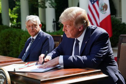 U.S. President Donald Trump signed a joint statement with Mexico's President, Andres Manuel Lopez Obrador signed up as you sit side by side in the Rose Garden at the White House in Washington, U. S., the 8. July 2020. REUTERS/Kevin Lamarque