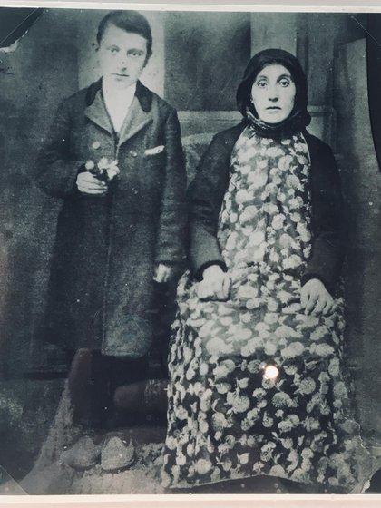 El artista junto a su madre