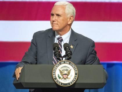 El vicepresidente de Estados Unidos, Mike Pence, interviene en un acto de campaña en favor de la senadora republicana Cathy McMorris Rodgers en el Spokane Convention Center, el 2 de octubre de 2018, en Spokane, Washington. (Jesse Tinsley/The Spokesman-Review via AP)