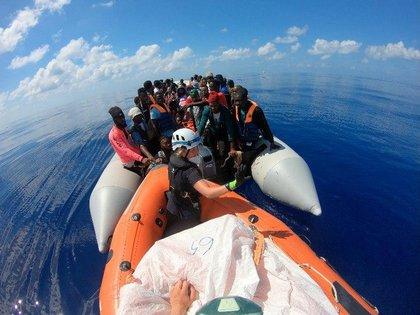 Migrantes en el barco financiado por Banksy