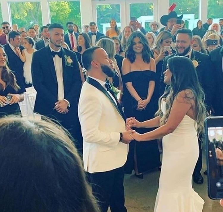 En las fotos compartidas por los familiares, la ex chica Disney aparece siempre en primera fila, con su vestido negro de dama de honor (Foto: Instagram @selenagomez.iam)
