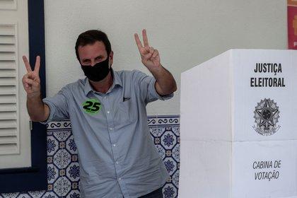 Eduardo Paes, candidato a la Alcaldía de Río de Janeiro, posa hoy tras votar en un centro electoral en Río de Janeiro (Brasil). EFE/Antonio Lacerda
