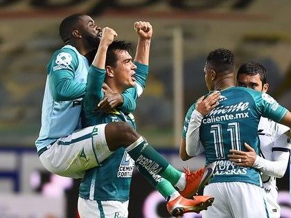 Martínez dedicó unas palabras a Ignacio González, el histórico defensa del club que disputó este domingo su último partido como futbolista (Foto: Omar Martínez / Reuters)