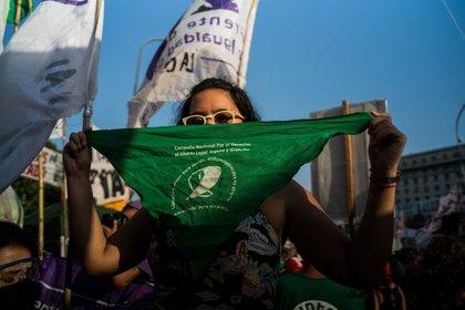 Una mujer fue atacada en un colectivo en la ciudad de Mar del Plata por usar un barbijo verde con la inscripción del aborto legal (Matias Chiofalo - Europa Press)