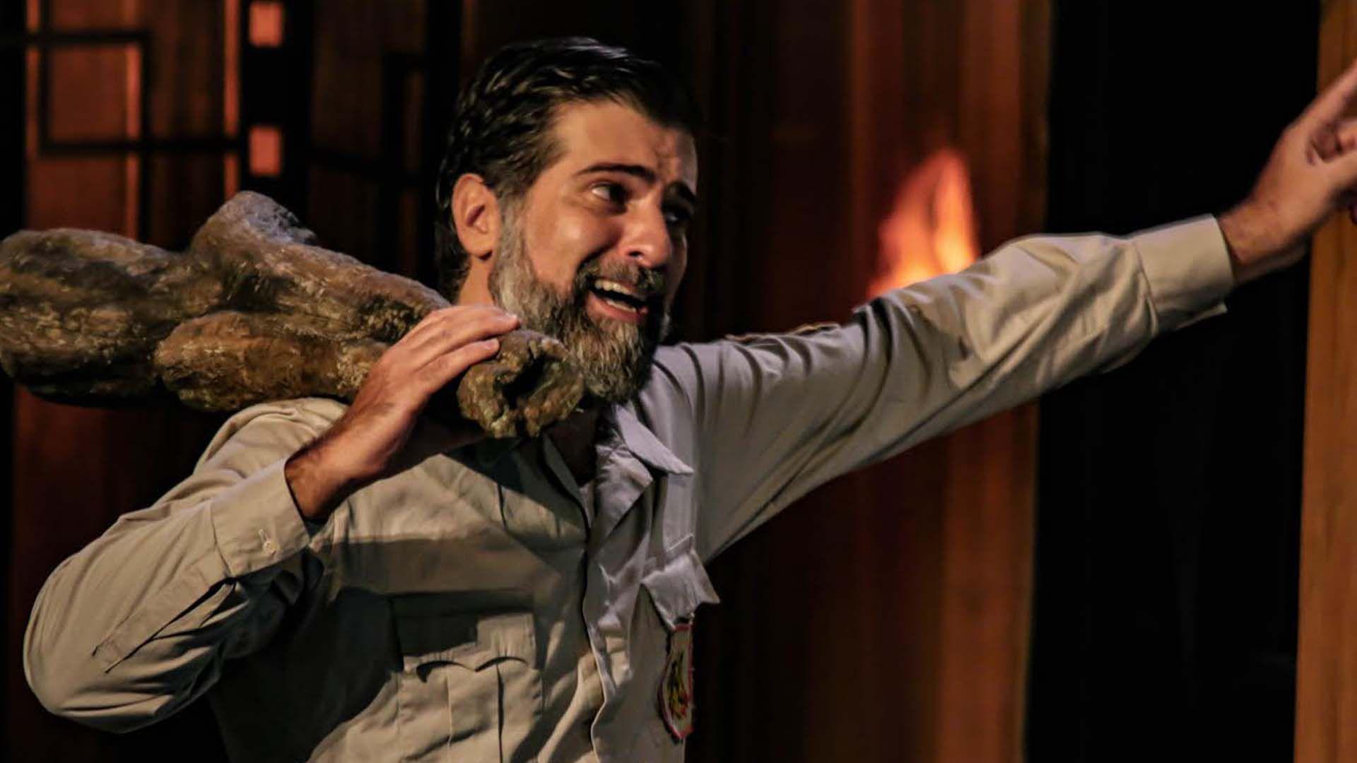 """Rafael Spregelburd —dramaturgo, director de teatro y actor—, en plena función de """"La terquedad"""""""