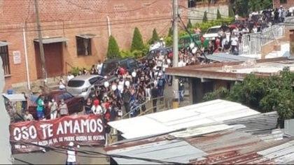 En el concurrido sepelio, que recorrió varias calles del municipio de Bello en Antioquia, estuvieron presentes menores de edad y adultos mayores