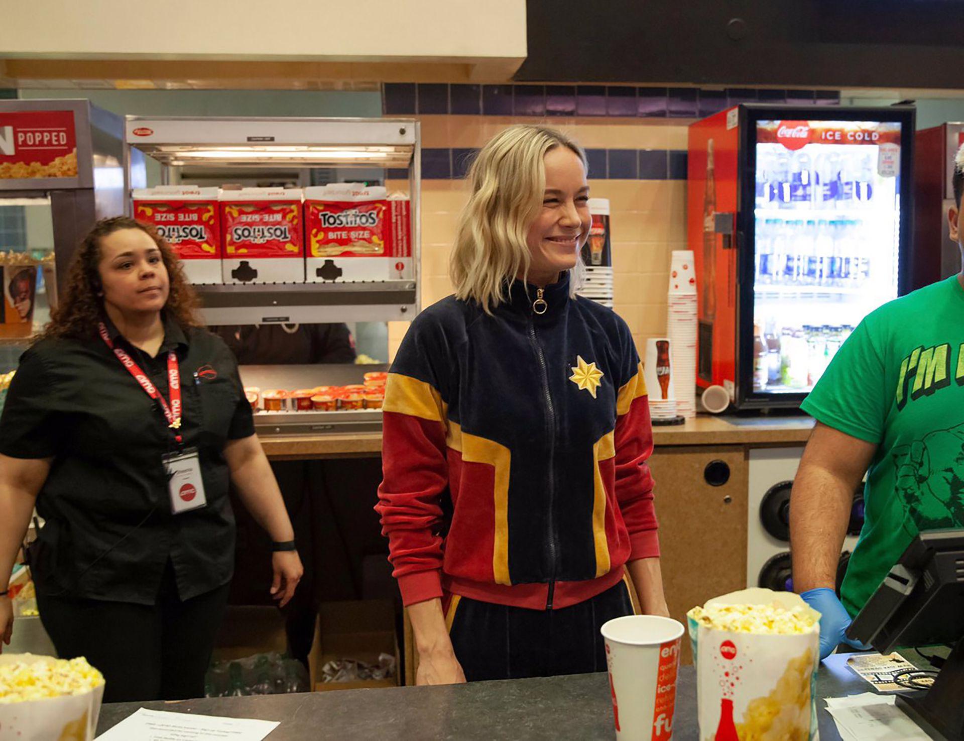 Brie Larson vendió popcorn en una sala de Nueva Jersey durante la promoción de Capitana Marvel.