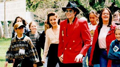 La pareja en 1995, durante un evento solidario que tuvo lugar en Neverland, el fastuoso rancho de Michael Jackson (Shutterstock)