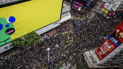 Las protestas prodemocráticas en Hong Kong son multitudinarias, pero China insiste en que la ley solo afecta a una minoría (AFP)