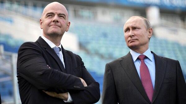 Gianni Infantino y Vladimir Putin en el Fisht Stadium antes del inicio del Mundial de Rusia (Reuters)