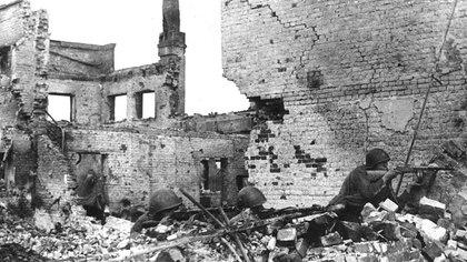Tropas soviéticas en las ruinas de Stalingrado (waralbum.ru)