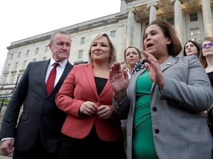 Mary Lou McDonald, a la derecha, con sus colegas del Sinn Féin, Conor Murphy y Michelle O'Neill, en la puerta de la Asamblea de Stormont en Belfast (REUTERS/Damien Eagers)