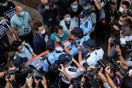 El legislador prodemocrático Wu Chi-wai se pelea con la policía durante una marcha contra las nuevas leyes de seguridad, cerca de la Oficina de Enlace de China, en Hong Kong (Reuters)