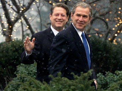 Al Gore y George W. Bush en diciembre de 2000 (Archivo)