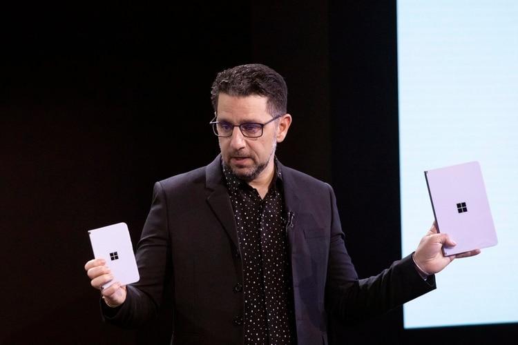 """Panos Panay, director de producto de Microsoft, quien posteriormente elevó la relevancia del diseño y la naturaleza del nuevo dispositivo con una frase contundente: """"No se equivoquen, este producto es una superficie"""". (Foto: Mark Lennihan/AP)"""