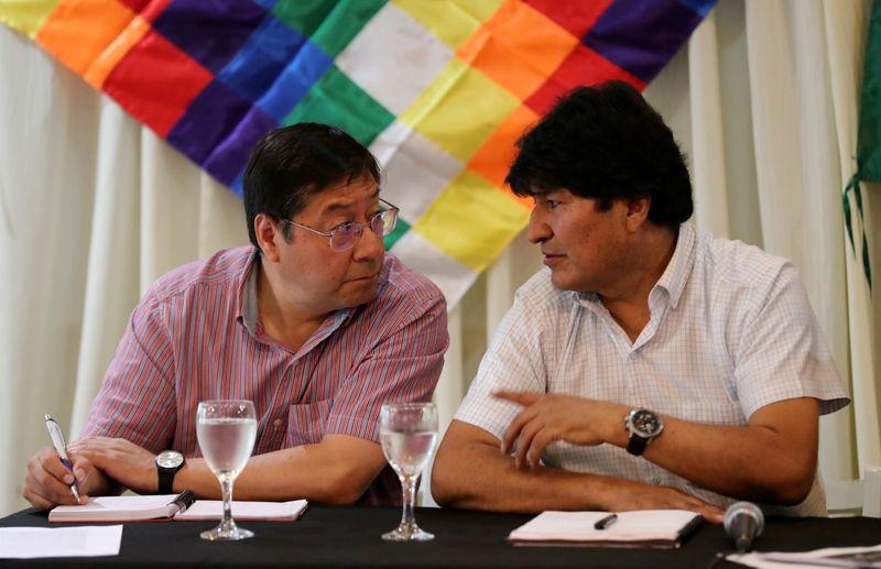 El ex presidente boliviano Evo Morales le habla al candidato presidencial por el Movimiento Al Socialismo (MAS), Luis Arce Catacora, durante un encuentro partidario en Buenos Aires, Argentin ( REUTERS/Agustín Marcarian)