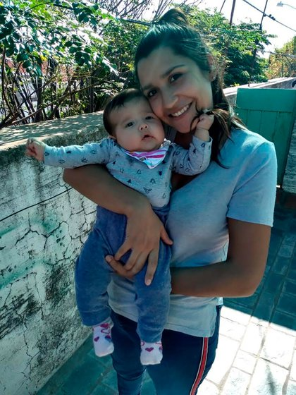 Agostina González y su hija Roma.