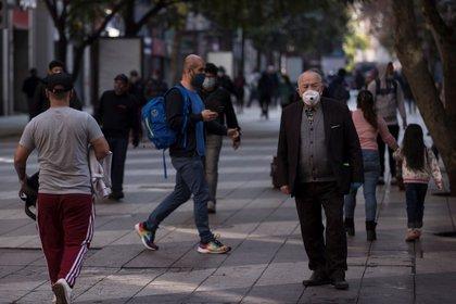 Un adulto mayor camina en Santiago (Chile). EFE/Alberto Valdés/Archivo