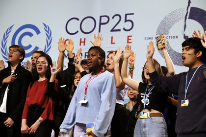 Greta sonríe detrás de decenas de jóvenes que subieron al escenario (Reuters)