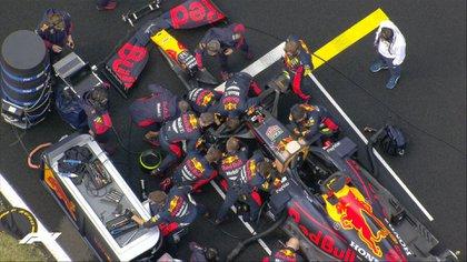 El equipo Red Bull trabajando en grupo sobre el auto de Verstappen (Twitter: @F1)