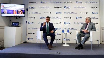 Leopoldo López y su padre, el eurodiputado Leopoldo López Gil (EFE)
