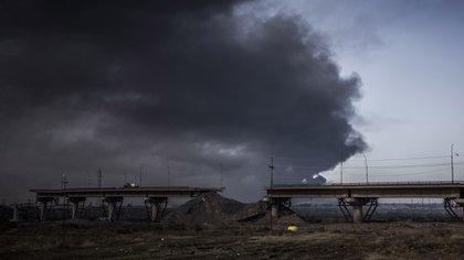 El puente camino a Al Qayyara fue partido en dos por ISIS. (Pablo Cobos)