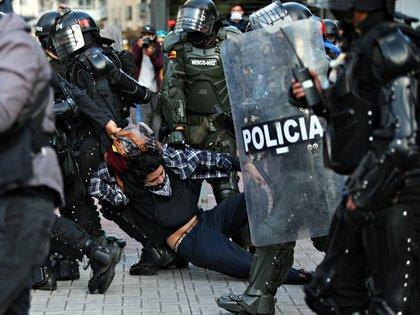 Fuerzas de seguridad realizan una detención durante una protesta en Colombia. Foto: REUTERS/Luisa Gonzalez