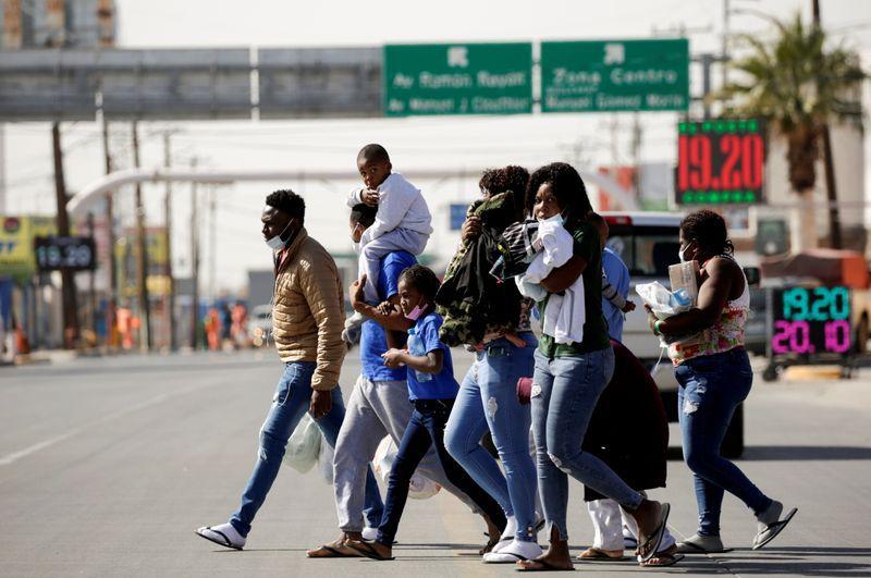 Migrantes de Haití caminan cerca del puente fronterizo internacional Zaragoza-Ysleta luego de ser expulsados de Estados Unidos, en Ciudad Juárez, Mexico. 3 de Febrero de 2021. REUTERS/Jose Luis Gonzalez