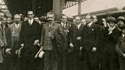 Albert Einstein en Córdoba, Argentina, en 1925 y con personalidades de la Universidad Nacional. Ya había recibido el Premio Nobel de Física y fue tratado en su recorrida por el país como una verdadera celebridad