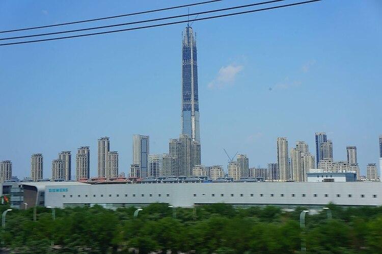 La altura final del Goldin Finance 117 se estima en 597 metros. Este rascacielos contará con 89 ascensores