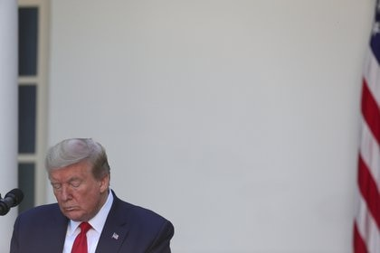 El Presidente Donald Trump inclina la cabeza durante en el Jardín de Rosas de la Casa Blanca, el 7 de mayo de 2020. (REUTERS/Tom Brenner)
