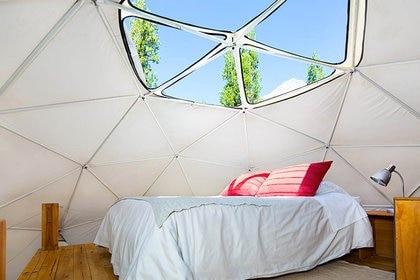 Los domos de Elqui cuentan con baño privado, un estar en primera planta y la cama principal en el altillo, donde se puede descubrir el techo y contemplar el cielo