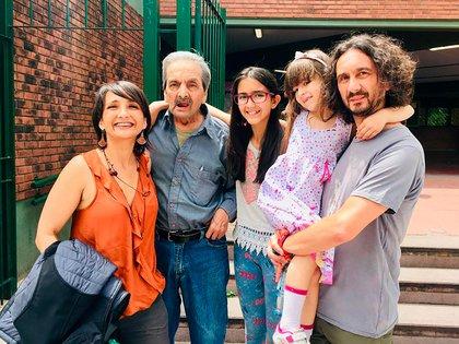 Oscar y su familia. Murió en el Hospital Piñero