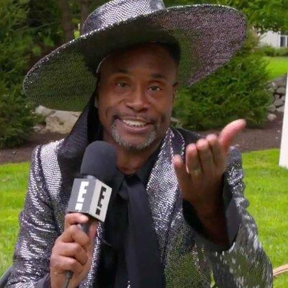 Billy Porter siempre sorprende con sus extravagantes looks. Para esta edición optó por un saco de paillettes grises acompañado por una camisa negra y un sombrero plato a tono con el mismo bordado de su saco