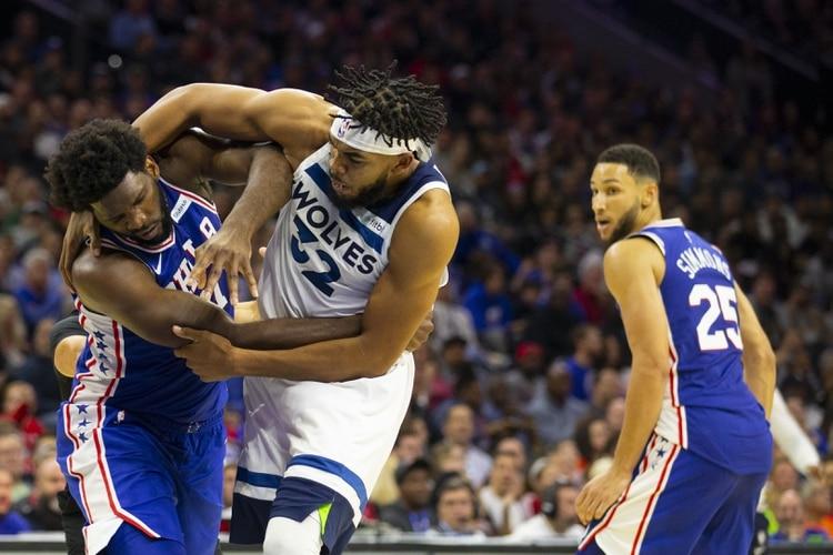 La pelea entre Joel Embiid de Philadelphia 76ers y Karl-Anthony Towns de Minnesota Timberwolves (AFP)