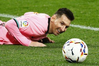 La foto símbolo, en primer plano. El affaire Messi-pelota será eterno (REUTERS/Juan Medina)
