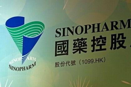 El logo de Sinopharm Group Co Ltd en una conferencia de prensa de la compañía estatal en Hong Kong (FOTO DE ARCHIVO. REUTERS/Bobby Yip)