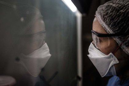(Foto de Archivo: una médica de Terapia Intensiva del Hospital Posadas). EFE/Juan Ignacio Roncoroni/