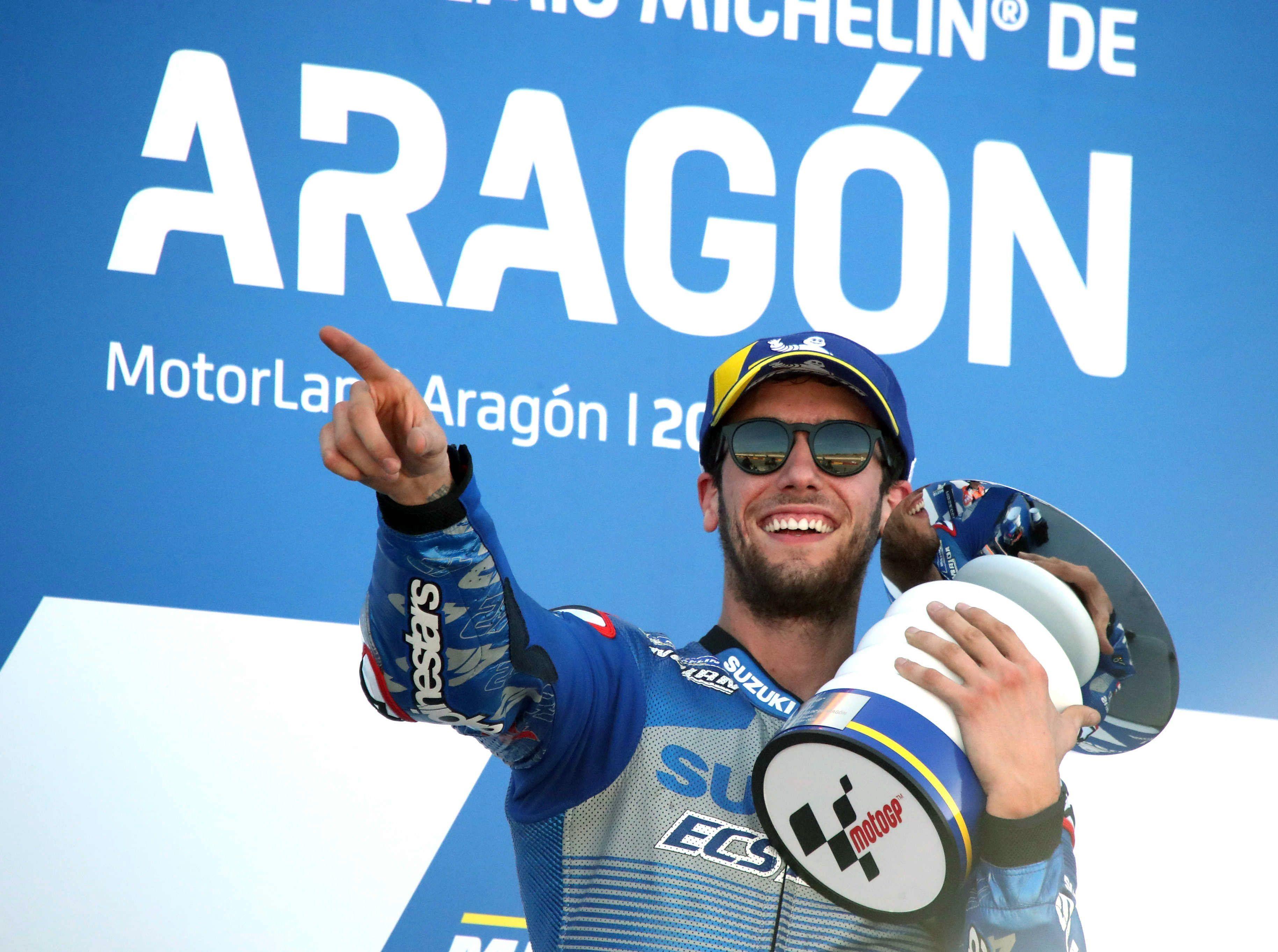 El piloto Alex Rins (Team SUZUKI ECSTAR) en el podium tras ganar la final de MotoGP celebrada en el circuito turolense de Motorland Alcañiz en Teruel. EFE/Javier Cebollada