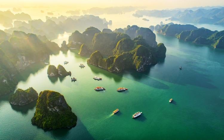 El golfo de Tonkin, en el noreste de Vietnam, es el hogar de la bahía de Ha Long, una asombrosa variedad de más de 1500 islas de piedra caliza e islotes naturales cubiertos de vegetación