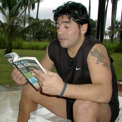 Maradona en Cuba con su autobiografía en manos (Foto: Reuters)